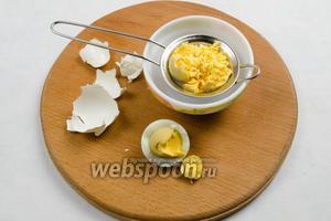 Яйца отварить вкрутую. Очистить. Белки отделить. Желтки протереть через сито.