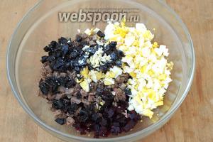 Соединяем говядину, свёклу и чернослив, добавляем нарезанные яйца, выдавливаем или мелко нарезаем чеснок. Немного варёного желтка оставляем для украшения. Перемешиваем и заправляем салат майонезом или майонезным соусом.