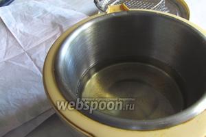 Налить во фритюрницу растительное масло согласно инструкции, либо на сковородку где-то на 1 см. Нагреть до 190°C. Приготовить тарелку покрытую салфетками, чтобы она впитала в себя лишнее масло с пончиков.