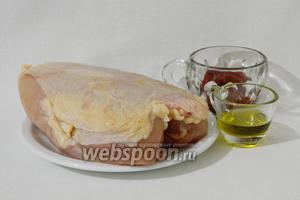 Приготовление салата из булгура с курицей начнём с подготовки куриной грудки. Для этого возьмём куриную грудку, хариссу, оливковое масло и соль.
