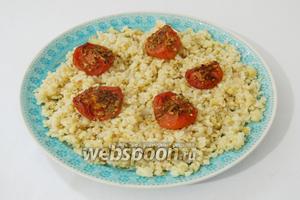 На большое блюдо для подачи выкладываем булгур, украшаем запечёнными помидорами.