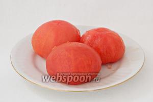 Затем помидоры вынимаем из воды, снимаем с них кожуру.