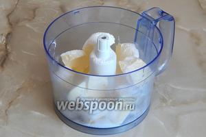 Теперь нужно сделать крем. Для этого сливочное масло (250 г) комнатной температуры соединяем с сахарной пудрой (130 г). Их нужно взбить, только не долго, иначе начнёт отходить сыворотка.