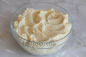 Смешиваем бисквитную крошку с кремом до однородного теста.