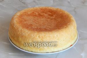 Готовый бисквит (около 600 граммов) отстужаем и даём постоять не менее 12 часов. Лучше всего испечь его с вечера, чтобы утром можно было делать пирожные.