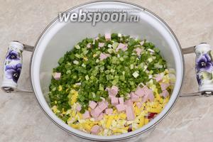 Высыпаем охлажденный картофель, яйца, колбасу и лук.