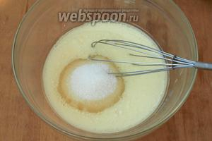 Молоко соединить с подсолнечным маслом, добавить сахар и хорошо взбить венчиком.