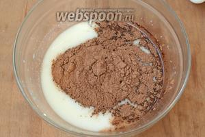 В эту массу добавить какао-порошок и хорошо размешать до однородной массы.