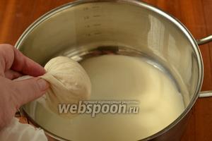 Частями перекладываем гущу в двойную марлю и отжимаем жидкость, она называется «сцежа». Отжатые хлопья нам больше не нужны, но не спешите их выбрасывать, можно приготовить отличные оладьи, добавить при выпечке хлеба или печенья.