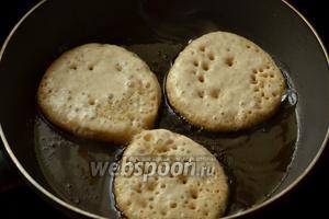 Поджариваем оладьи на подсолнечном масле сначала с одной стороны до появления дырчатой поверхности.