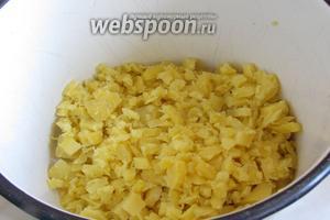 Картошку почистить, отварить в подсоленной воде, порезать мелкими кубиками.