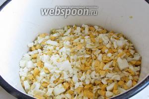 Сваренные яйца вкрутую порезать мелкими кубиками.