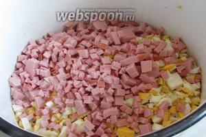 Колбасу порезать мелкими кубиками.