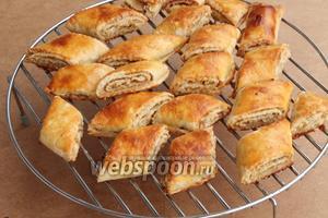 Готовые печенья следует немедленно снять с противня, иначе вытекший и расплавившийся из начинки сахар (его бывает немного) карамелизуется и прилипнет вместе с изделиями к противню намертво.
