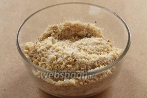 Для начинки орехи прокрутить через мясорубку и соединить с сахаром.