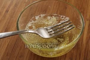 Достаём охлаждённое тесто. Яичные белки (мы их отложили) слегка взболтать вилкой.