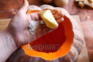 Теперь промокните полость тыквы бумажным полотенцем и натрите её изнутри 1 ст. л. размягчённого сливочного масла и 1 ч. л. соли.