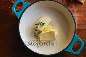 Поставьте на средний огонь сковороду с толстым дном и растопите в ней 6 ст. л. сливочного масла.