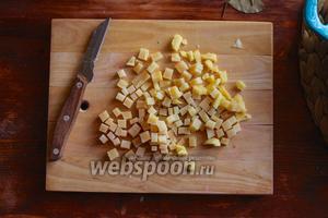 Порежьте сыр или корки сыра (разумеется корки должны быть без воска) на маленькие кубики.