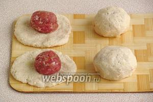 Приготовление клёцек. Разделить тесто на куски весом около 70 г, расплющить между ладонями в лепёшки, на середину положить начинку, соединить края и придать круглую форму.