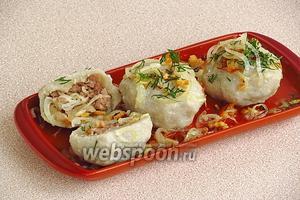 Выложить клёцки на подогретое блюдо и полить жиром со шкварками и луком. Можно слегка посыпать клёцки измельчённым укропом. Едят клёцки, отделяя по небольшому кусочку и обмакивая его в жир.
