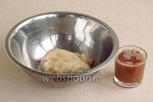 Отжать сок и дать ему отстояться, а затем слить жидкость с осевшего крахмала. Картофельную массу выложить в миску.