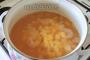 В кипящую воду заложить горох и картофель. Варить на медленном огне 1 час, периодически снимая пену.