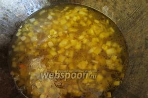 К моркови и луку наливаем кипящий отвар грибной и воду при необходимости — на стакан крупы 2 литра жидкости, и всыпаем крупу.