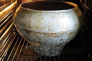 Ставим казан в духовку при 220-200°C до закипания.