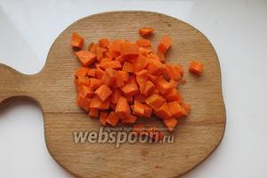 Морковь нарезаем кубиками.