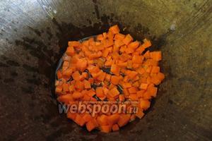 Жарим в казане на растительное масле морковь.