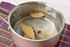 Приготовить маринад: соединить воду, сахар, соль, пряности. Довести до кипения. Добавить уксус.