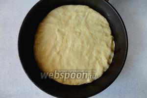 Сковороду смазать слегка растительным малом. Тесто распределить по форме сковородки. Жарим с плотно закрытой крышкой, на маленьком огне.