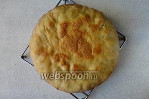 Готовый хлеб можно сразу подавать. Из такого количества продуктом у меня получился небольшой хлеб диаметром 22 сантиметра.