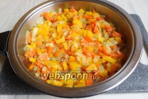 Нарезаем перец, лук кубиками, морковь соломкой. Обжарим всё на сковороде до полуготовности.