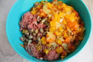 Остывшие овощи и фисташки тоже добавим к смеси. Всё перемешаем и посолим по вкусу.