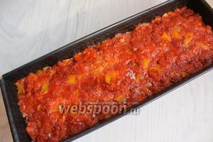 Плотно укладываем фарш. Сверху обмажем смесью. Можно сверху обмазать просто кетчупом. Ставим в духовку на 1 час при 200°C.