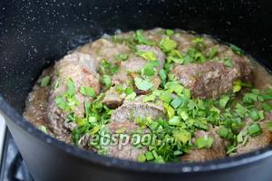 В готовое блюдо добавить зелень и накрыть крышкой, отключив плиту. Приглашайте к столу!