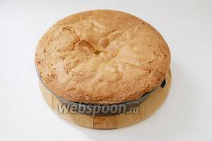 Пирог выпекаем при температуре 160°C в течение 40 минут. Готовность пирога проверяем деревянной шпажкой, она должна остаться сухой.