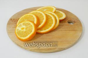 Апельсина нарезаем на кольца до 4 мм толщиной и отбираем самые крупные для пирога.