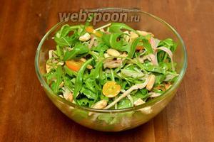 Добавляем кешью и перемешиваем с осторожностью, чтобы не мять рукколу (кешью, по желанию, оставляем целым или крупно рубим). Подаём салат немедленно.