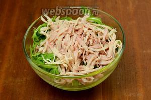 Кладём в салатник вымытую и обсушенную рукколу, волокна курицы.