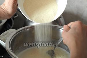 Теперь следует сварить очень густую манную кашу. Для этого сразу следует отмерять всю манку (это 12 столовых ложек с горкой), молоко довести до кипения на маленьком огне и, при постоянном помешивании, засыпать манку струйкой в молоко, добавить 1 щепотку соли и сахар по вкусу. Огонь выключить, манку хорошо размешать ложкой. Затем снова включить газ и дать каше пару раз булькнуть.