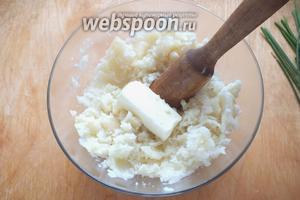Очистите картофель, нарежьте крупными кусочками отварите в подсоленной воде до полной готовности. Добавьте масло в горячий картофель и тщательно разомните толкушкой.