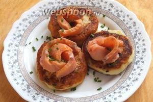 Готовые оладьи подавайте тёплыми с кусочками копчёной рыбы и зелёным луком. В качестве соуса прекрасно подойдет крем-фреш, или сметана! Приятного аппетита!