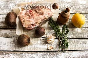 Для этого рецепта вам потребуется говядина — тонкий край на кости, розмарин, лимон, чеснок, чёрный перец и свёкла.
