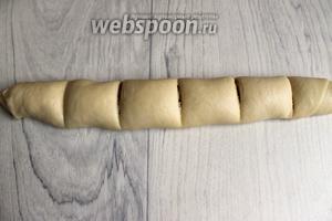 Свернем рулетиком тесто с начинкой, разделим его тупой стороной ножа на 6 частей.