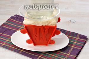 Завернуть края марли сверху на творожную массу. На марлю выложить тарелку с грузом (банка с водой). Поставить форму в холодильник на 12-14 часов, периодически сливая с тарелки вытекшую жидкость.