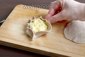 В центр выложить картофельную начинку и защипать таким образом. Существует несколько способов защипа, этот самый простой.