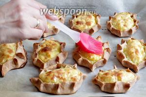 Готовые пирожки обильно смазать растопленным сливочным маслом. Тогда раскрывается весь аромат ржаной корочки.